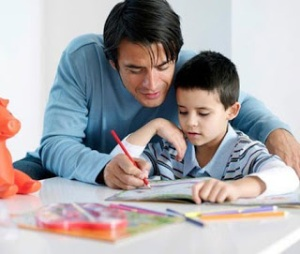 padres-ninos-deberes-colegio